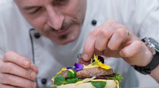 hamburger con cipolla stufata ai frutti di bosco senape delicata di dijon di nicola ferrelli