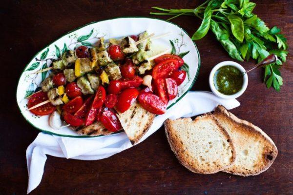 Spiedini di fesa di vitello marinata al pesto di erbe aromatiche con pomodorini e peperoni