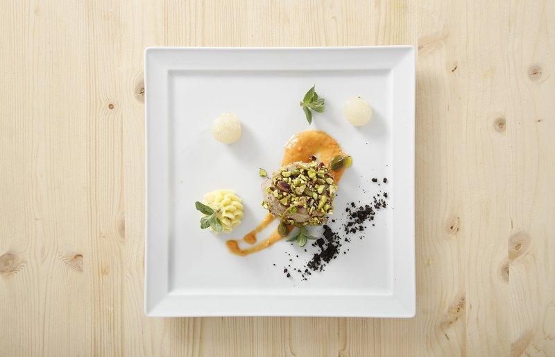 croccante di vitello con pistacchi su insalata pantesca destrutturata