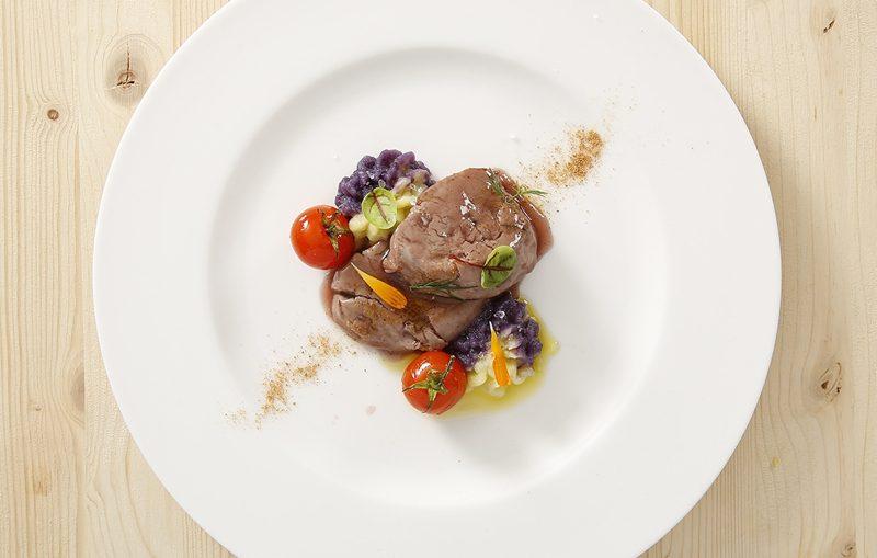 vitello laccato al nero d'avola con variegato di patate e bottarga