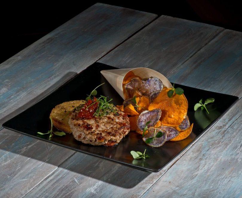 more photos ef415 f3683 Hamburger con pomodori secchi con chips di patate colorate, una ricetta di  Carlo Molon