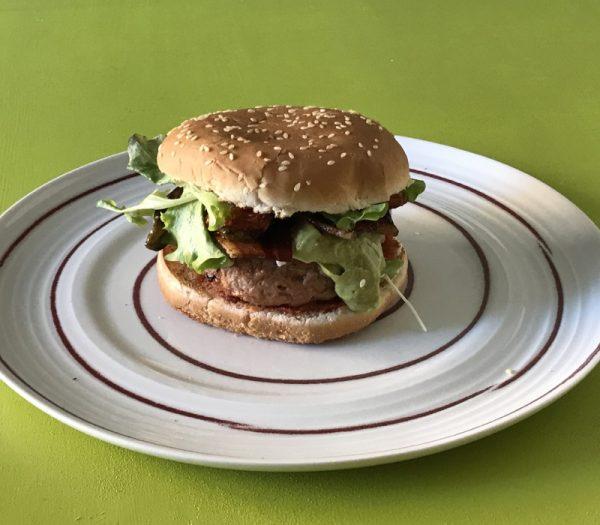 Hamburger con cipolla caramellata e crema di avocado e friggitelli