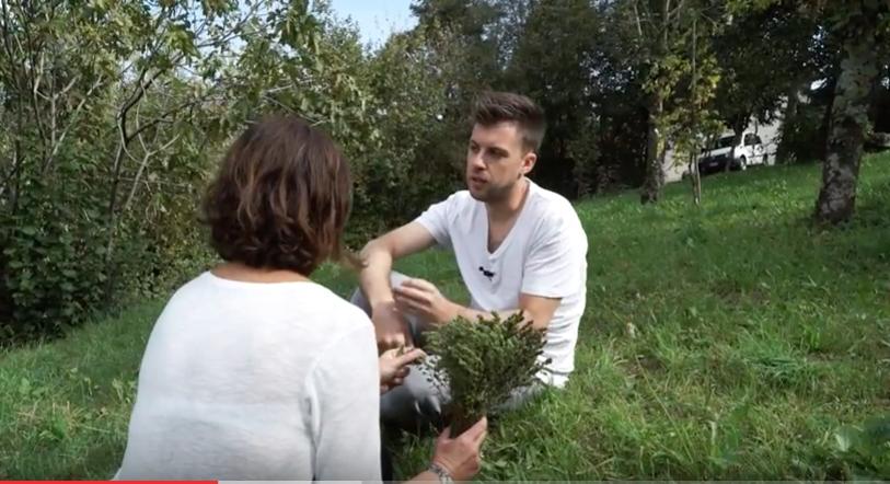 Lorenzo Cogo nell'orto erbe aromatiche