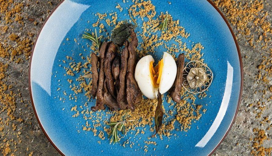 spiedino di fegato e uovo su pane aromatizzato quadrata