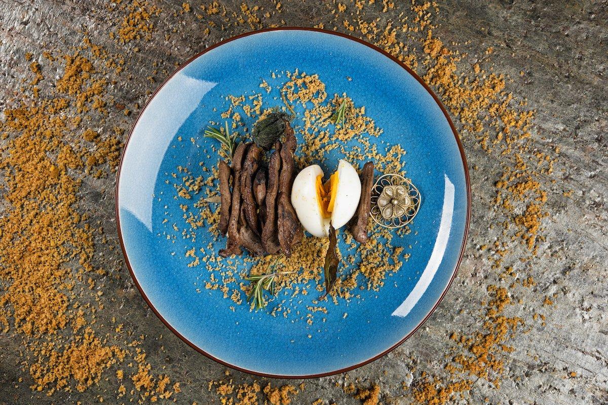 spiedino di fegato e uovo su pane aromatizzato