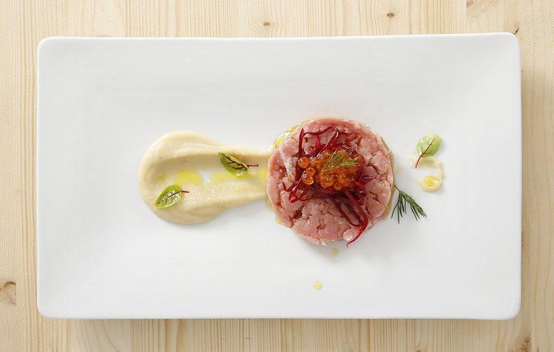 tartare di carne vitello salsa di acciughe e uova di salmone