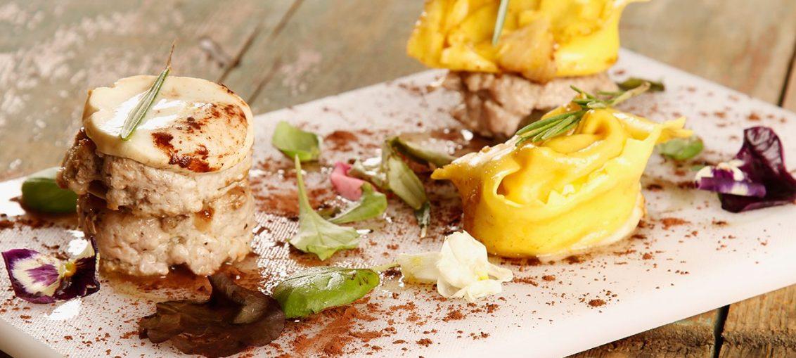 Hamburger con ravioli di bufala affumicata e basilico