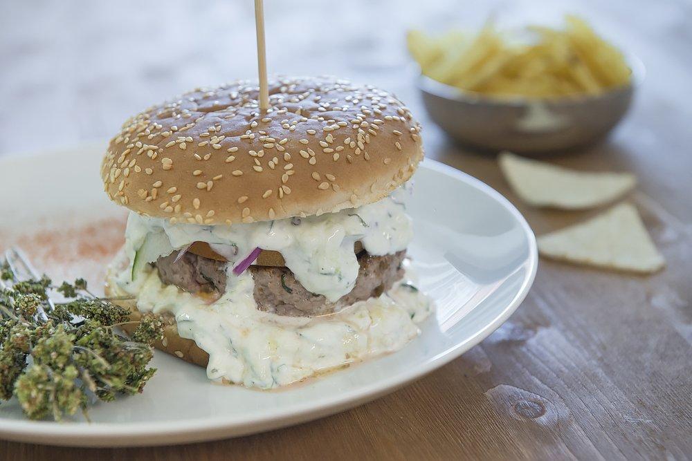 Ricetta hamburger greco con salsa tzatziki - Cucinare gli hamburger in modo diverso ...