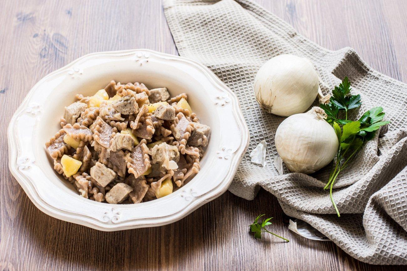 pasta corta con boconicni di vitello mela e cipolla