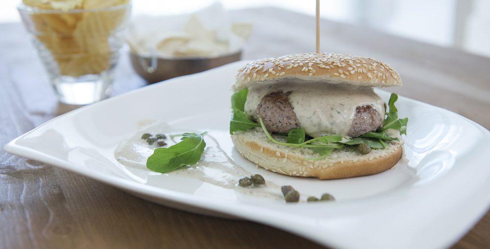 hamburger con salsa tonnata di charlie pearce