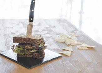 hamburger nero charlie pearce con maionese al nero di seppia