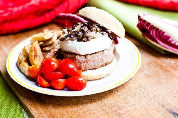 panino con hamburger mozzarella di bufala e radicchio