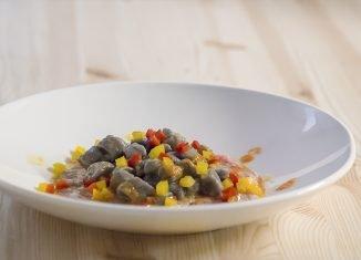 Gnocchetti al riso nero co carpaccio di vitello crudo e peperoni rossi e gialli, di Tano Simonato