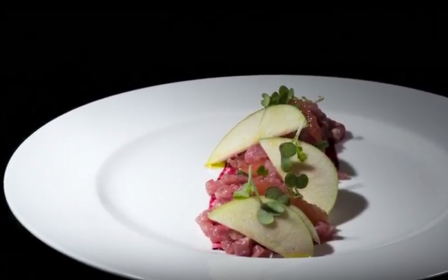 tartare di filetto di vitello con coulis di lamponi