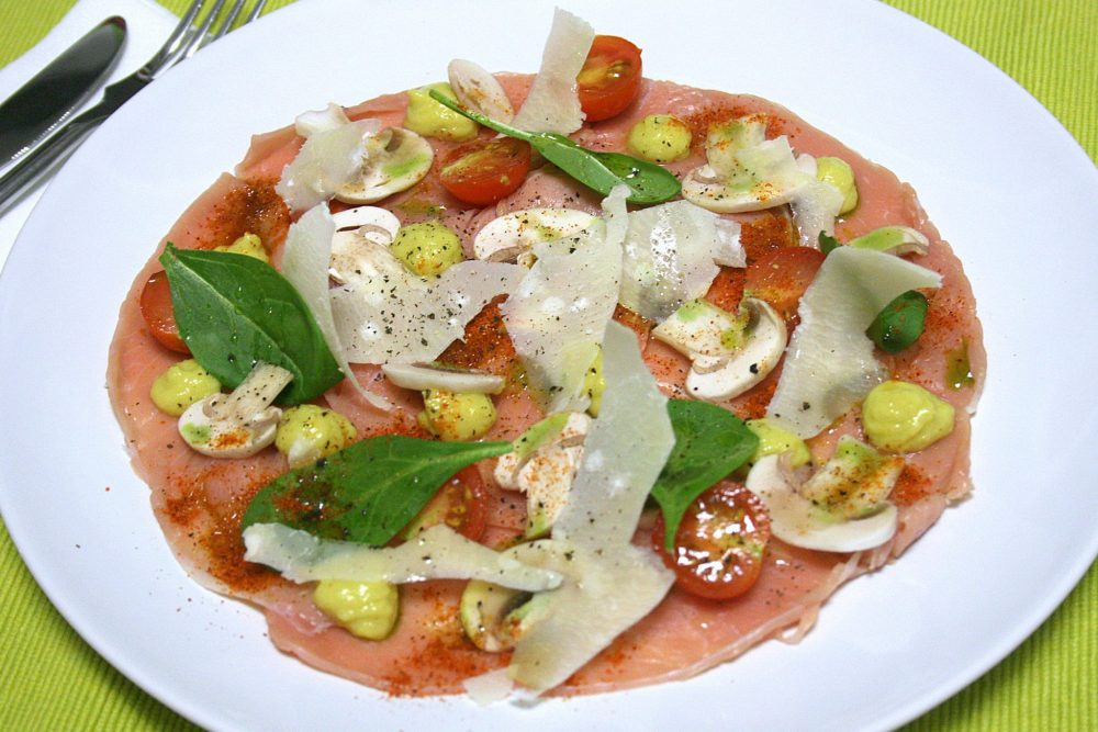Carpaccio di vitello con crema di avocado, parmigiano e funghi champignon di Valeria Airoldi