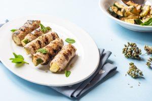 Involtini alla griglia ripieni di zucchine all'origano