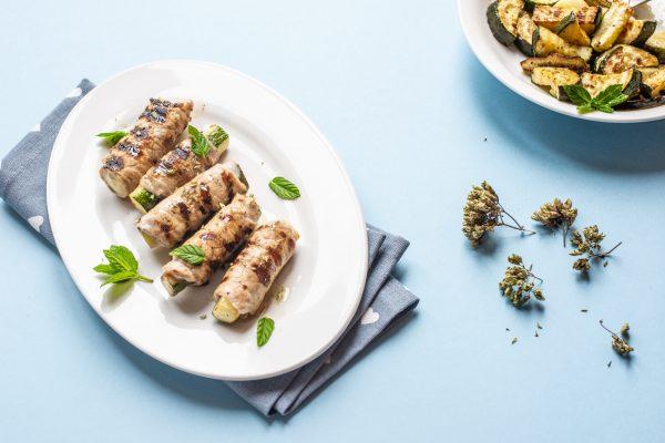secondi di carne Involtini alla griglia ripieni di zucchine origano