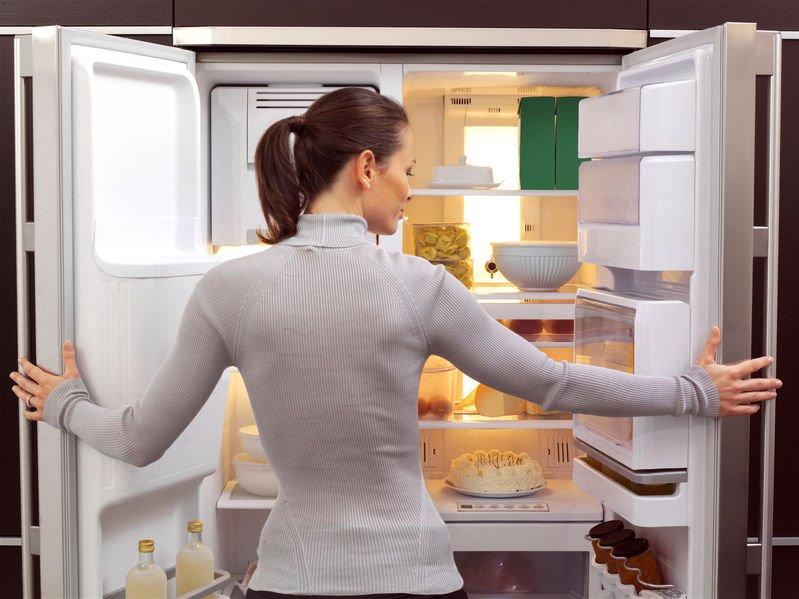 donna che guarda nel frigorifero