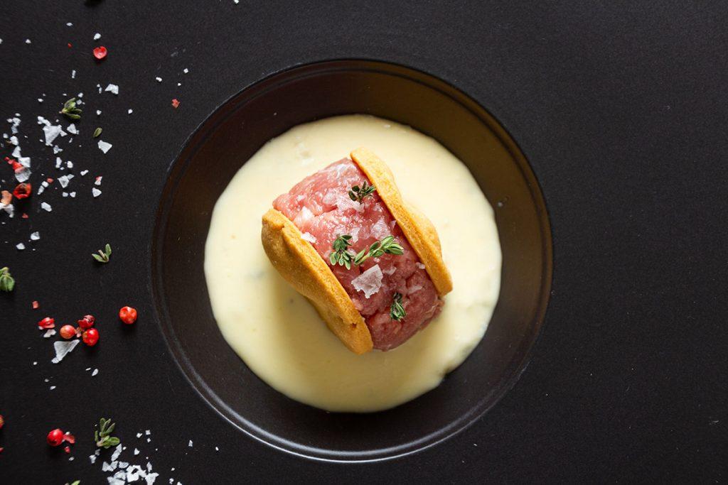 Battuta di vitello in biscotto di frolla salata su crema al formaggio | Sfizioso.it