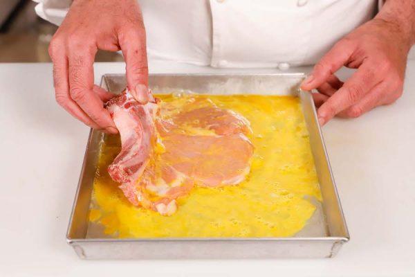 cotoletta alla milanese nell'uovo sbattuto